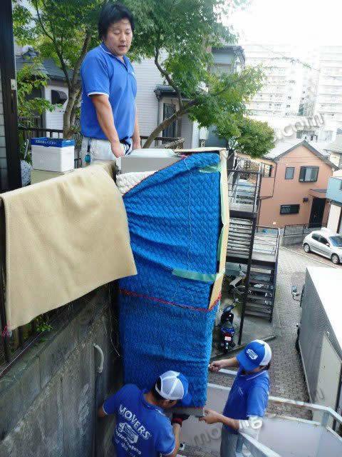 他の業者に断られた困難な現場での冷蔵庫の吊り作業