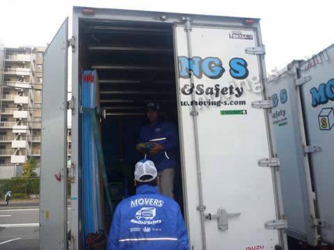 引越し資材を確認し、トラックに積み込む様子