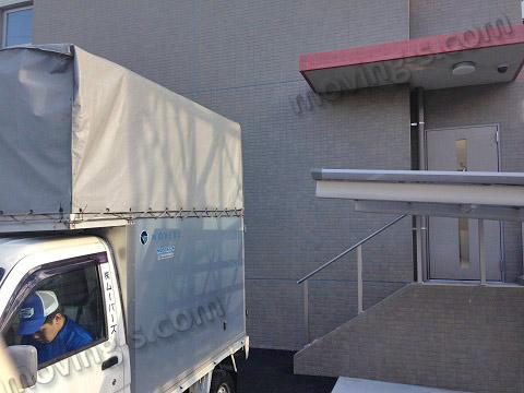 マンションの裏口に引越しトラックを駐車