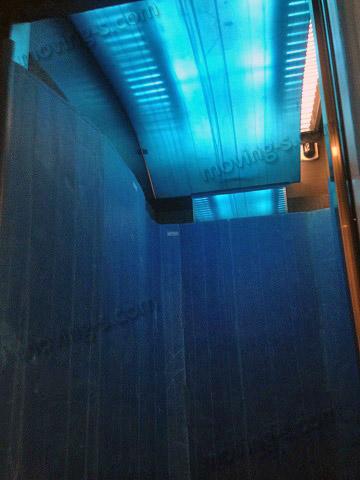 引越しの際、エレベーター内部の天井まで養生した様子。
