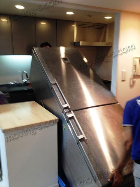 日本の大半の家では搬入、搬出が難しい大きな外国製の冷蔵庫