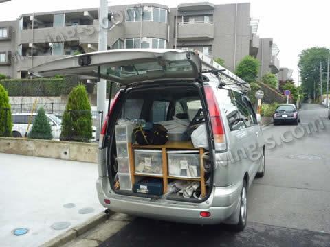 エアコンの取外し、取付けを行なう電気工事業者の車