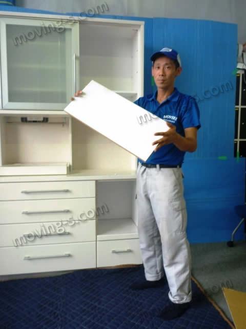 引越しで家具を運ぶ際は、必ず棚板を外して梱包します。