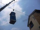 クレーン車による吊り作業風景。