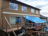 工事中の新築一戸建てとレンタルコンテナへの搬入