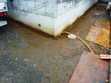 雨による泥・ぬかるみの中、新築一戸建てへの搬入
