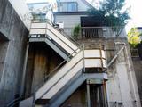 傾斜地の一戸建てで高い外階段のある引越し作業