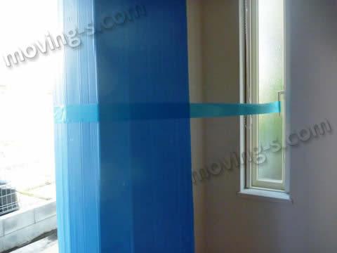 玄関の壁も近くのサッシを利用して養生テープを貼る