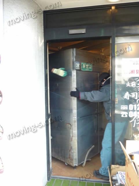 大型冷蔵庫を搬出する重量物専門スタッフ