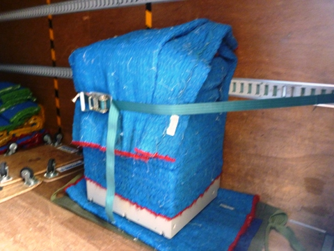 トラックの荷台にしっかり固定したコピー機