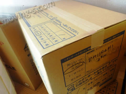 ダンボール箱の側面に中身の詳細を記入します