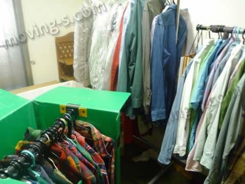 梱包サービスをご利用の場合はハンガーボックスに洋服を移しかえます。