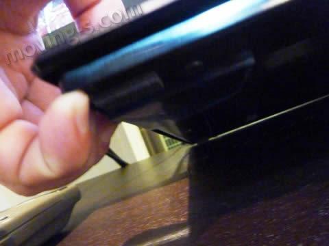 テレビ台とテレビの脚の間に耐震マットをセット。