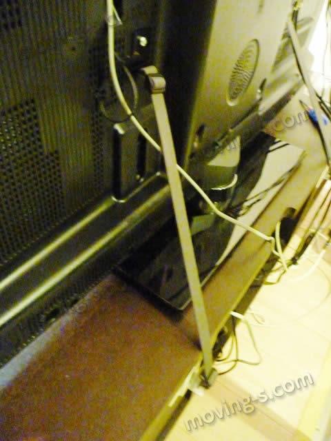 転倒防止ベルトでテレビを固定