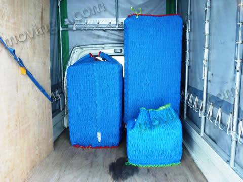 家電をキルティング素材の梱包資材で梱包した様子