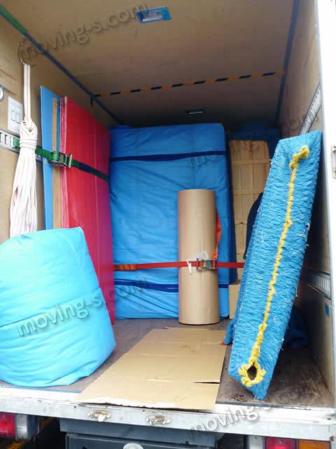 引越し荷物をトラックに積み込み、ベルトで固定