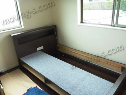 搬入したベッドをセッティング