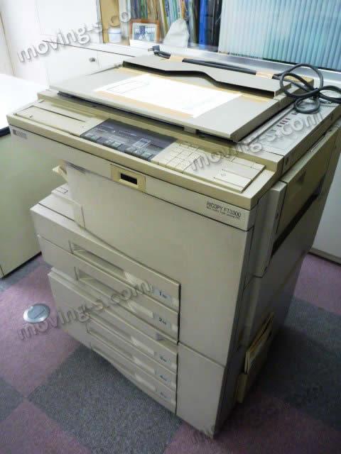 搬出するコピー機