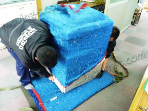 重量物を運搬するため、モッコを使用
