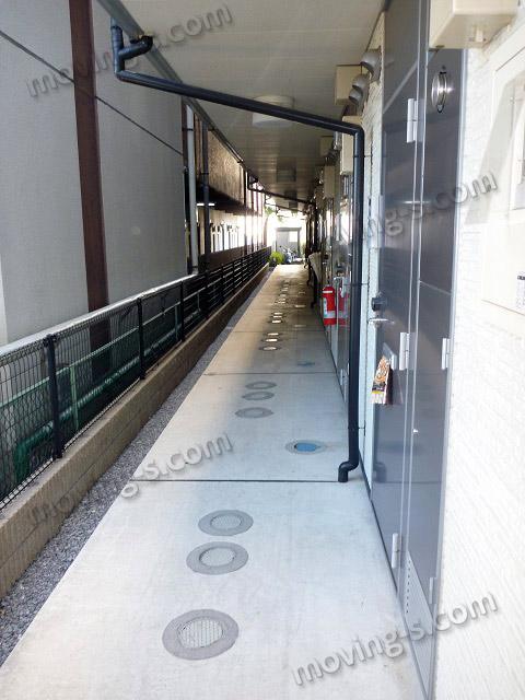 アパートの長い廊下
