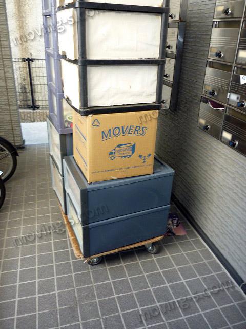 引越し荷物を台車に載せて運搬
