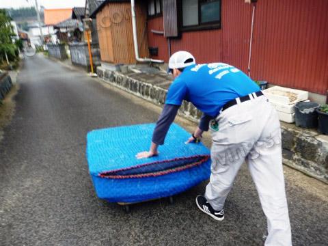 離れた場所から台車で引越し荷物を運搬